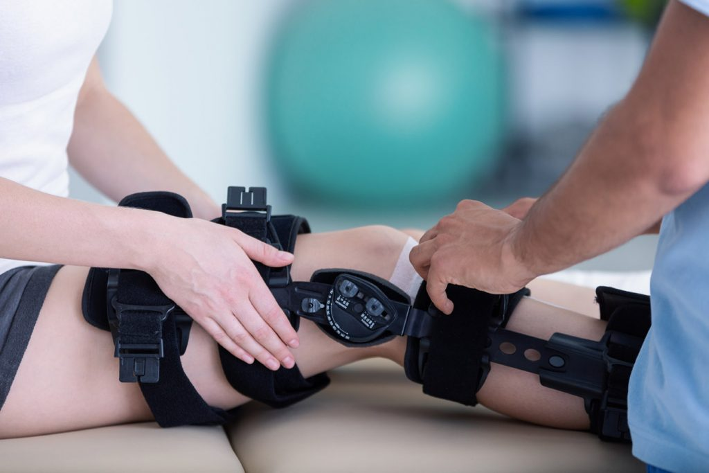 Ergotherapie Vaihingen: Orthopädische Behandlung Stützgestell an Bein