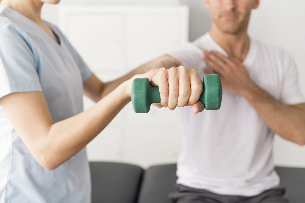 Ergotherapie Vaihingen: Orthopädische Behandlung der Schulter/Arm mit Gewicht