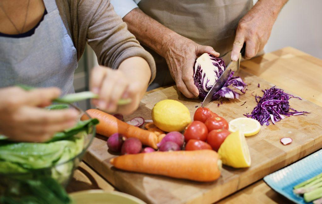 Ergotherapie Vaihingen: Intensivtraining Bildausschnitt ältere Menschen beim Gemüse schneiden