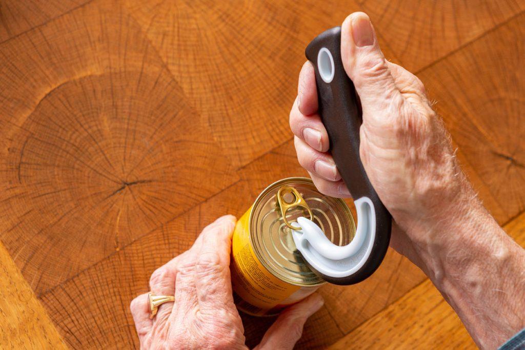 Ergotherapie Vaihingen an der Enz: Symbolbild Intensivtraining: Hände öffnen eine Dose mit Hilfsmittel