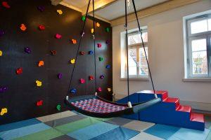 Ergotherapie Vaihingen: Therapieraum für pädiatrische Ergotherapie (Kletterwand, Schaukel, Matten)