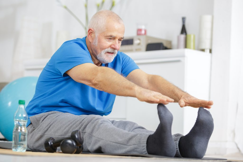 Ergotherapie Vaihingen: Geriatrie / Älterer Herr bei der Bodengymnastik