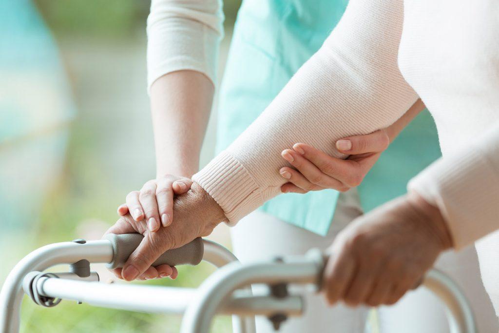 Ergotherapie Vaihingen: Geriatrie / Nahaufnahme Frau geht an Rollator