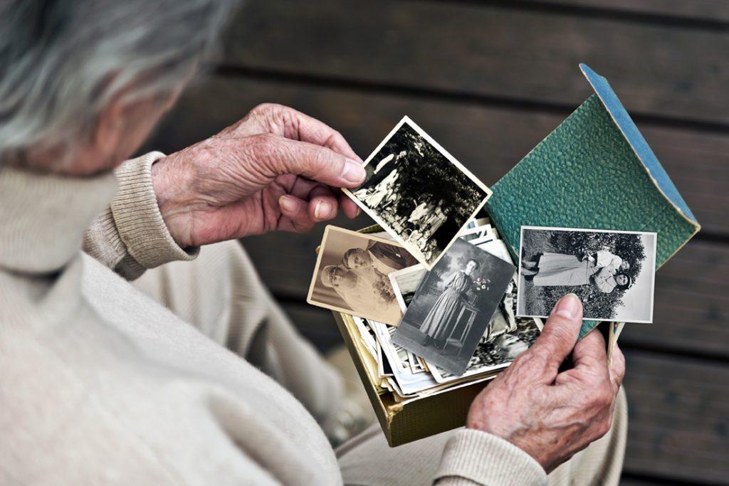 Ergotherapie Vaihingen: Psychiatrie / Frau betrachtet alle Fotos