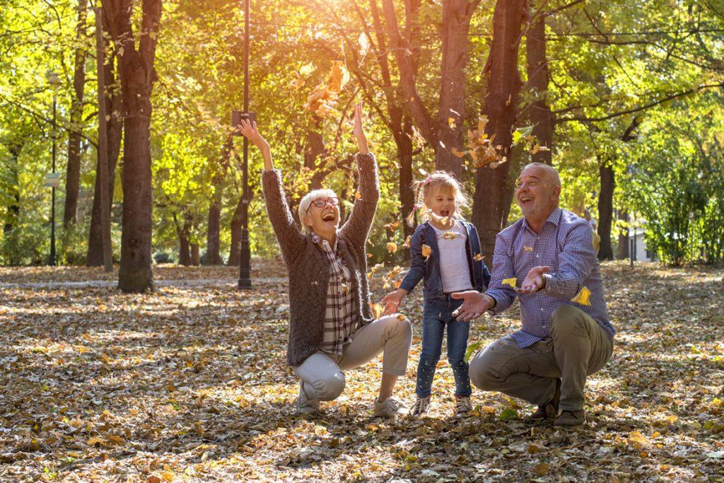 Ergotherapie Vaihingen: Psychiatrie /Großeltern spielen mit Enkelkind im Wald