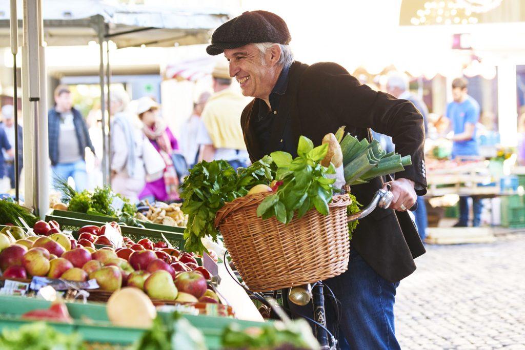 Ergotherapie Vaihingen: Psychiatrie / Mann Fahrrad Einkauf Markt Mütze Obst
